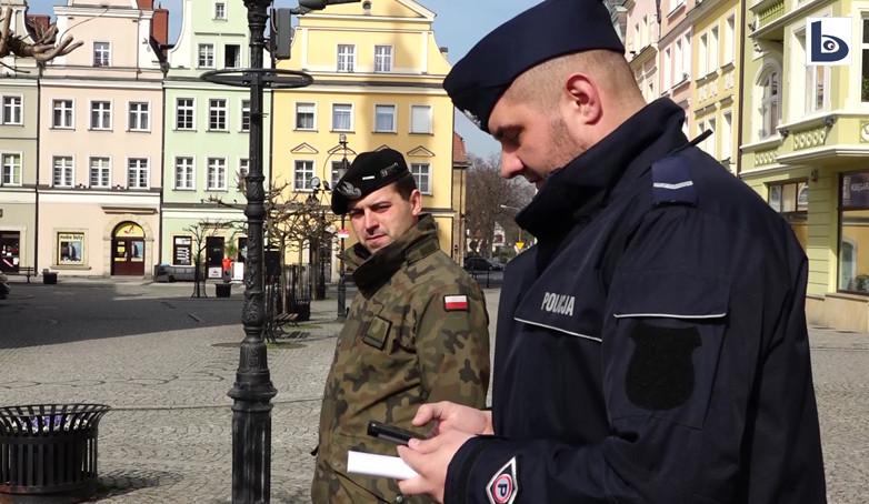 Policjanci z żołnierzami